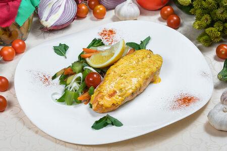 Стейк из лосося со сливочным соусом и мятой