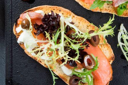 Брускетты с копченым лососем и сыром маскарпоне