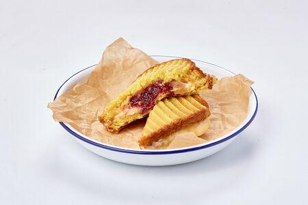 Сэндвич с сыром бри и малиной