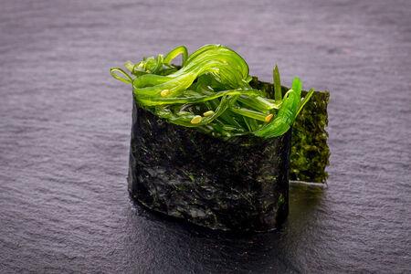 Суши гункан с чука