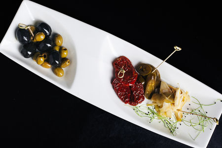 Оливки, маслины, вяленые томаты, халапеньо