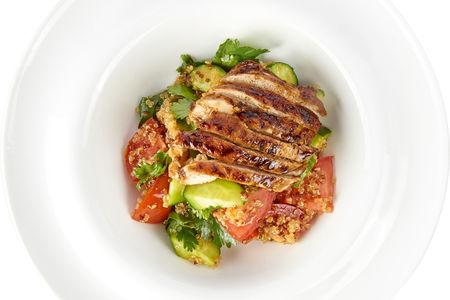 Салат из овощей с киноа и опаленной курицей