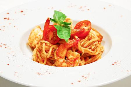 Спагетти с креветками с томатным соусом
