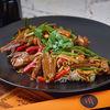 Фото к позиции меню Пшеничная лапша с пекинской уткой и устричным соусом