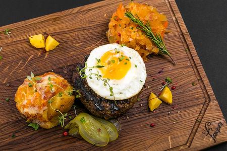 Бифштекс из говядины с печеным картофелем
