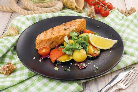 Стейк из лосося с овощным гарниром