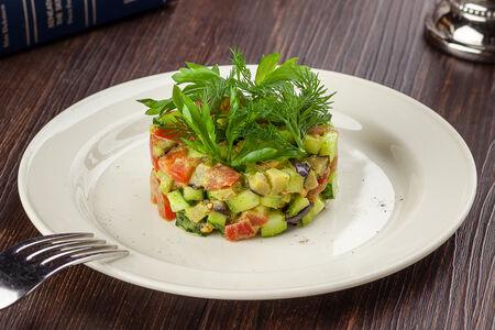 Салат из свежих овощей с печеным баклажаном
