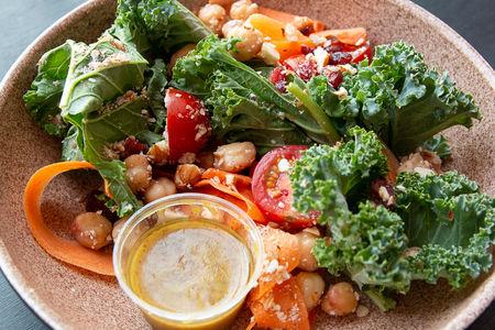 Салат с кейлом и медово-горчичной заправкой