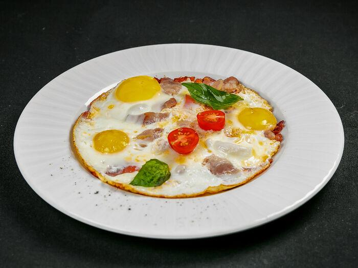 Яичница-глазунья с беконом и томатами