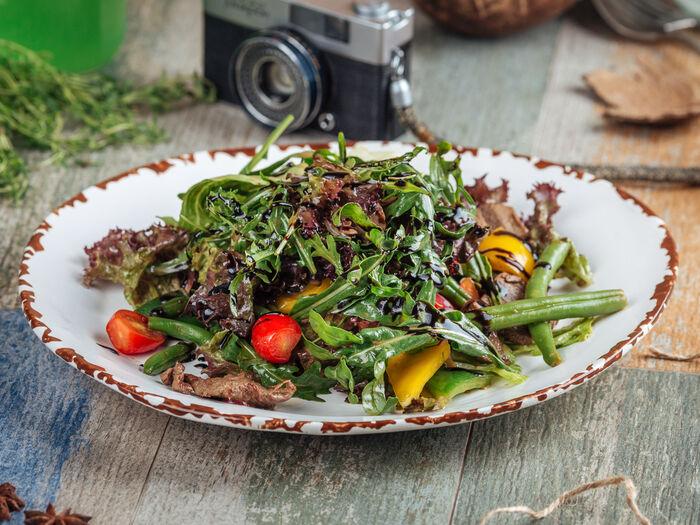 Теплый салат с имбирной заправкой