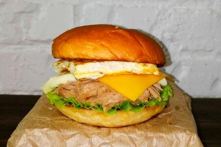 Бургер со свининой, чеддером, моцареллой и омлетом