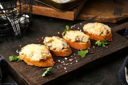 Брускетты, запеченные с грибами и моцареллой