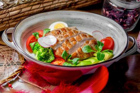 Филе индейки гриль с овощным салатом