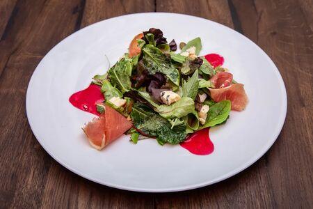 Салат с грушей и пармской ветчиной