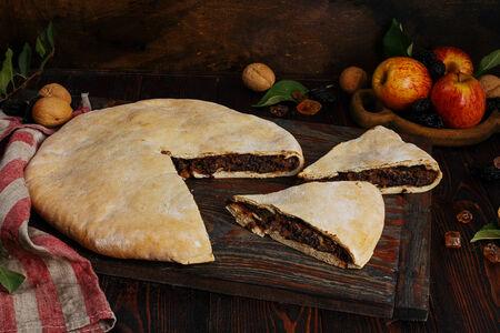 Пирог осетинский с яблоками, черносливом и арахисом