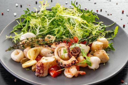 Салат из морепродуктов с имбирно-медовым соусом