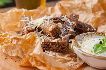 Чесночные гренки с сыром пармезан