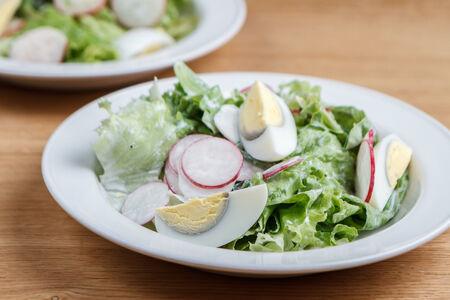 Салат из редиса с яйцом и винным соусом / мацони