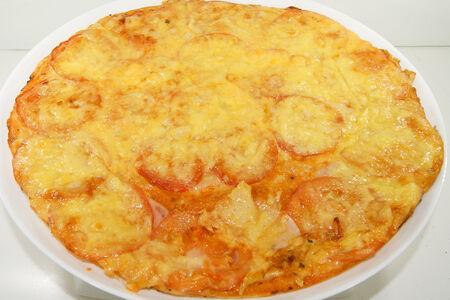 Пицца c ветчиной и помидорами