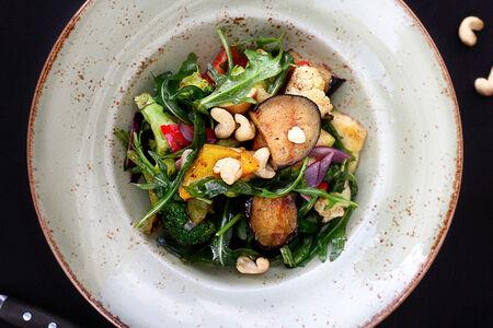 Салат с овощами гриль, руколой и орешками кешью