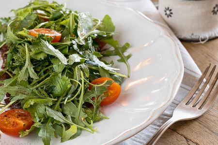Микс салатов с помидорами и пармезаном