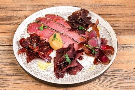 Тарелка с пастрами, олениной и вяленой говядиной