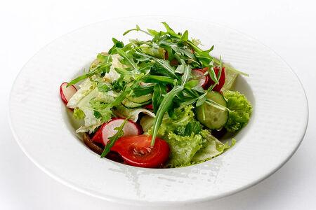 Салат зеленью и баклажаном
