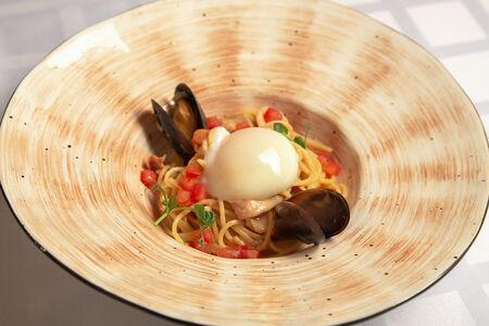 Паста с морепродуктами и яйцом пашот