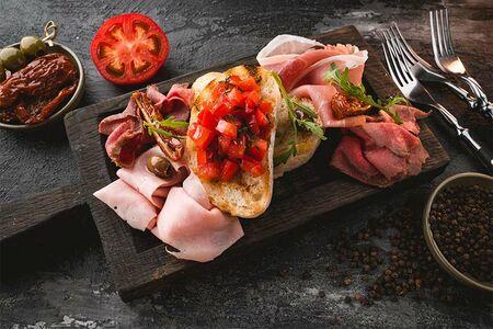 Антипаста (парма, ростбиф, ветчина, вяленые томаты, тосты)