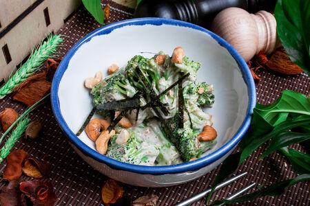 Жареные брокколи в ореховом соусе