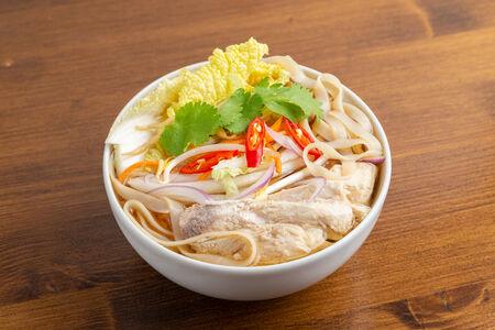 Суп с рисовой лапшой по-тайски