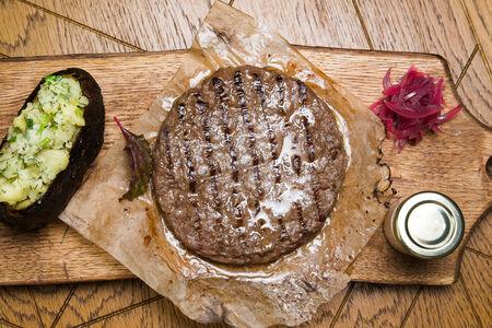 Котлета из мраморной говядины с печеным картофелем на углях