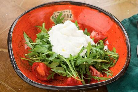 Салат руккола со страчателлой