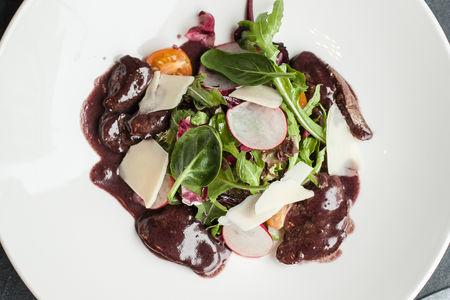 Теплый салат из печени кролика