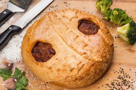 Пирог с охотничьими колбасками и капустой