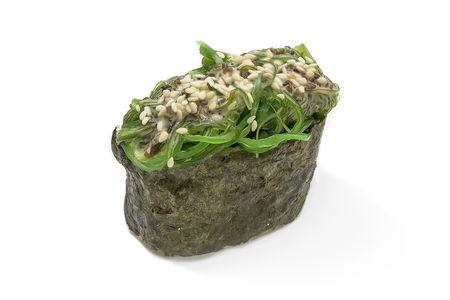 Суши гункан с водорослями Чука