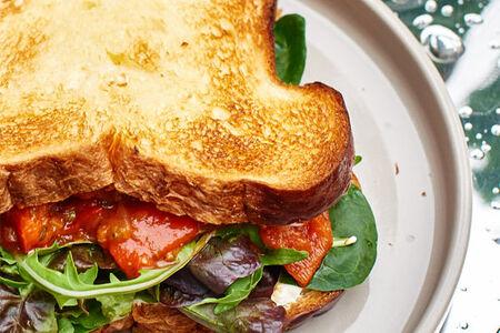 Сендвич и салат