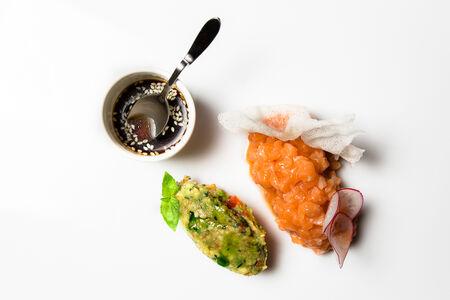 Тартар из лосося с мороженым из авокадо