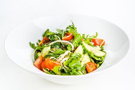 Салат из свежих овощей с сыром Чечил и тыквенными семечками