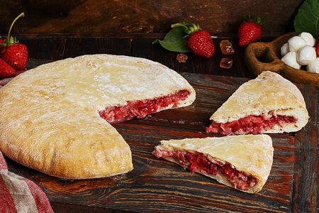 Пирог осетинский с клубникой и сыром моцарелла