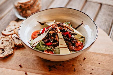 Теплый салат Ангус Биф c телятиной и спаржей