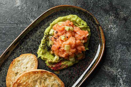 Тар-тар из лосося с хрустящей чиабаттой и гуакамоле