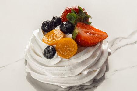Пирожное Анна Павлова с ягодами