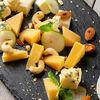 Фото к позиции меню Сет сыров с медом и орехами
