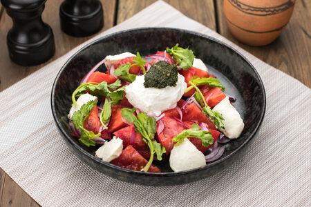 Салат из томатов с подкопченым кремом из сулугуни