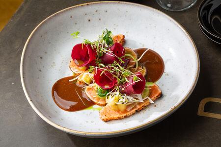Татаки лосось со свеклой в рисовом уксусе