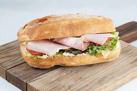 Сэндвич с ветчиной и томатами