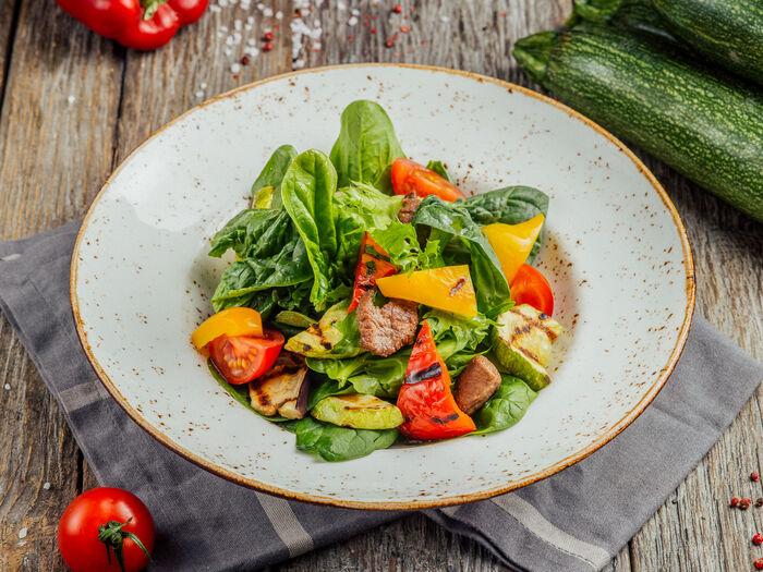 Салат с овощами гриль и говядиной