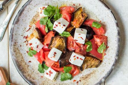 Салат с баклажанами, помидорами и сыром фета