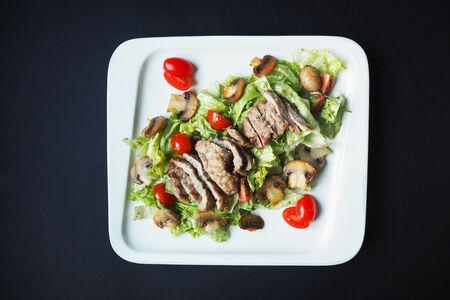 Салат из телятины с шампиньонами на гриле